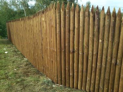 Hegyezett rúdfa kerítés