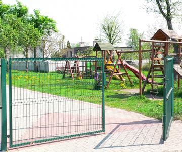 Zöld kétszárnyú kapuk