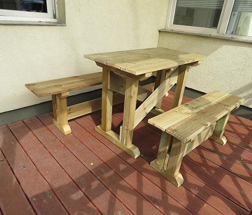 Padok és asztalok